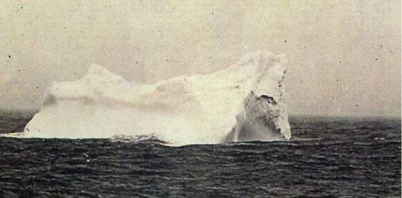 """Ryte nufotografuotas ledkalnis, į kurį manoma rėžėsi """"Titanikas""""."""