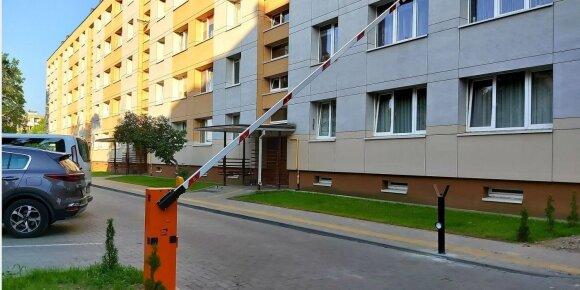 Kėdainių miesto Rasos g. 2 namo gyventojai pasistatė užkardą / J. Šveikytės nuotr.