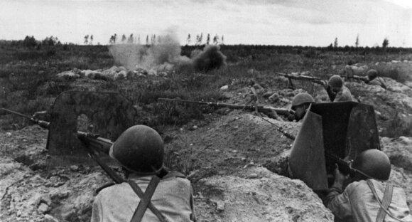 Sovietų kariai gynybos pozicijoje.