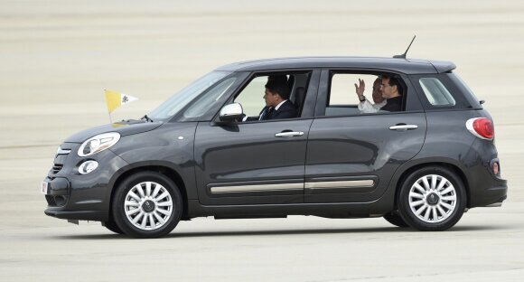 "Popiežius Pranciškus ir jo papamobilis ""Fiat 500L"""
