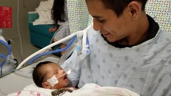 Iš nužudytos motinos įsčių išpjautas mažylis iš paskutiniųjų kabinasi į gyvenimą