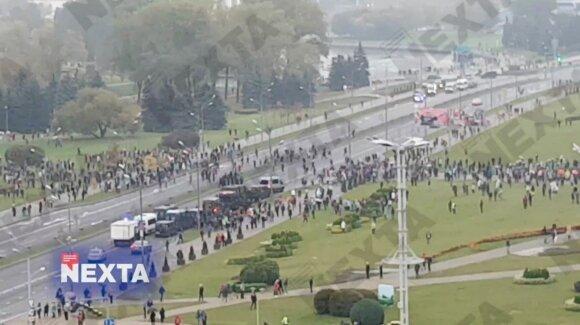 Minsko centre jau telkiama karinė technika, šiurkščiai sulaikinėjami protestuotojai