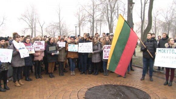 Moksleivių mitingas už mokytojus prie Šiaulių miesto savivaldybės