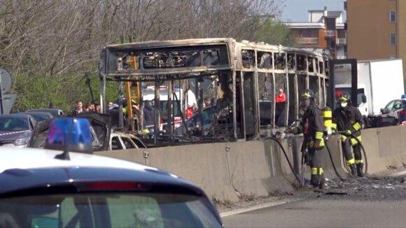 Vairuotojas 51 vaiką paėmė įkaitais, apipylė autobusą benzinu ir jį padegė