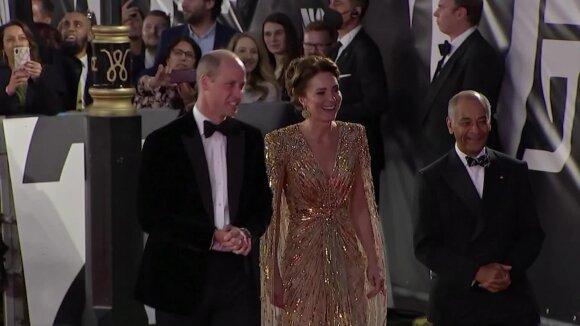 Karališkoji šeima žengė naujausios Bondiados dalies pasaulinės premjeros raudonuoju kilimu