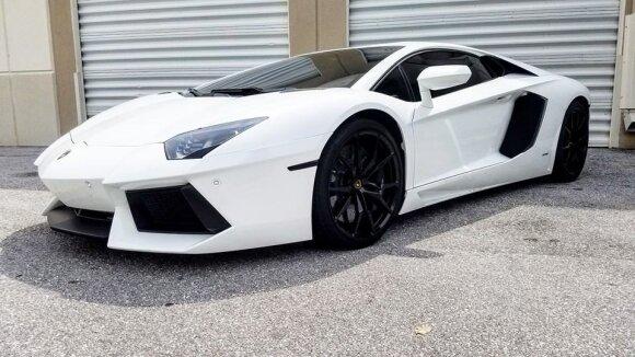 """Taip """"Lamborghini Aventador"""" atrodo be piešinių"""