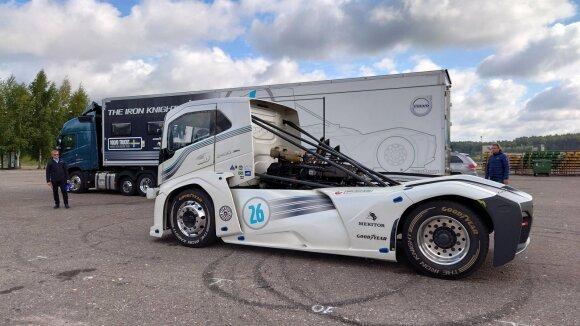 """Greičiausio pasaulio sunkvežimio """"Iron Knight"""" pilotą Nemuno žiedas išgąsdino: spausti """"iki dugno"""" nesiryžo"""