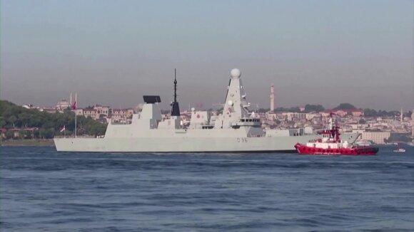 """Rusija skelbia britų laivo link paleidusi """"perspėjamuosius šūvius"""" ir """"perspėjamąjį bombų numetimą"""""""