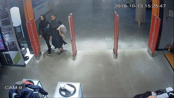 Vagystę iš sportinių drabužių parduotuvės tiriantys pareigūnai prašo atpažinti dvi moteris