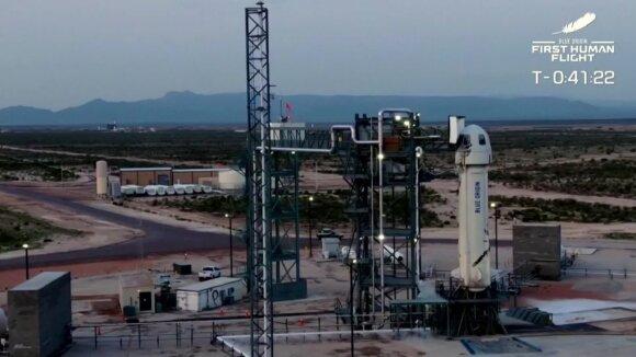 """""""Amazon"""" magnatas Jeffas Bezosas savo raketa sėkmingai pakilo į kosmosą ir saugiai nusileido į Žemę"""