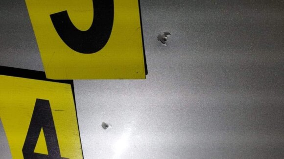 В среду в Каунасе брошенный девушкой парень из пневматического оружия обстрелял ее BMW