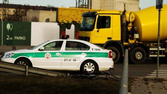 Vilniuje į žiedinę sankryžą įvažiavęs dviratininkas susidūrė su automobiliu