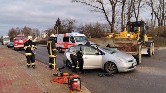 В Расейняй грейдер во время ДТП повредил автомобиль Toyota