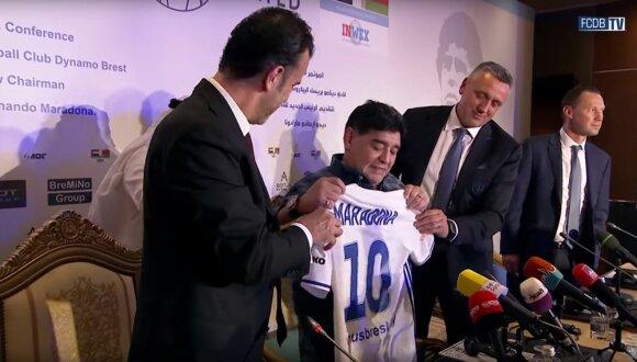 Diego Maradona ir Valdas Ivanauskas (dešinėje šalia)
