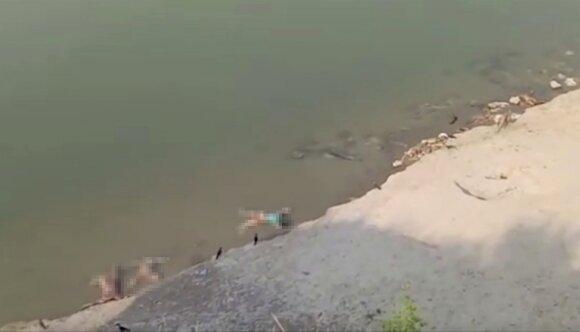 Situacija Indijoje vis kraupesnė: COVID-19 aukų kūnai metami tiesiai į upę
