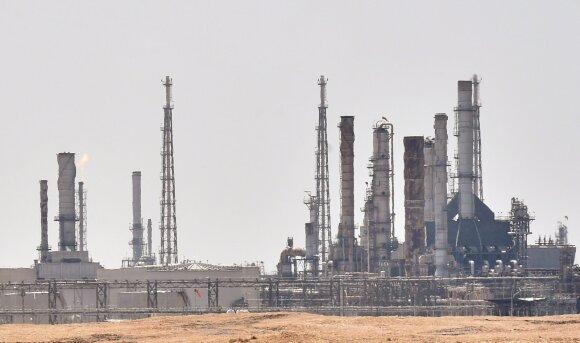 Naftos kainų šokas, kokio pasaulis seniai nematė, – pačiu netinkamiausiu ekonomikai metu