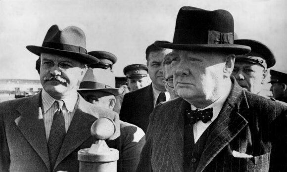 Viačeslavas Molotovas (kairėje), Winstonas Churchillis Maskvoje 1942 m. rugpjūtį
