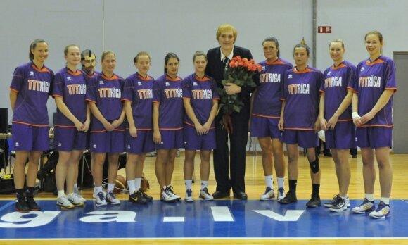 "Uljana Semionova su Rygos ""TTT-Riga"" krepšininkėmis (R.Vambuts nuotr.)"