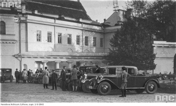1929 m. žvaigždinio važiavimo į Vilnių dalyviai dabartinės prezidentūros kieme. NAC
