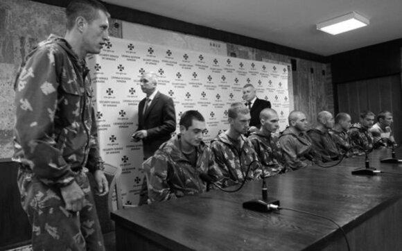 Žiniasklaidai pristatyti Ukrainoje į nelaisvę patekę devyni Rusijos desantininkai.