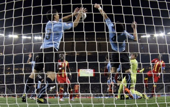 Luisas Suarezas rankomis stabdo į vartus skriejantį kamuolį