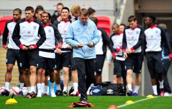 Anglijos futbolo rinktinė ir jos treneris Stuartas Pearce'as