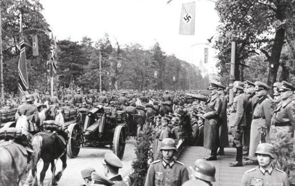 Hitleris kariniame pergalės parade Varšuvoje. 1939 m. spalio 5 d.