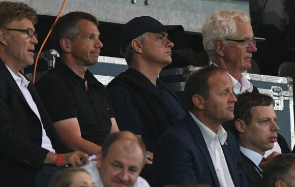 Jose Mourinho (su kepurėle)