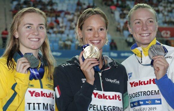 Federica Pellegrini (centre), Ariane Titmus (kairėje), Sarah Sjostrom (dešinėje)