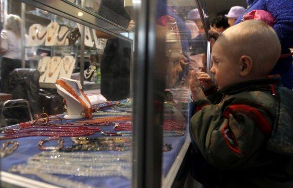 Vaikas prie vitrinos