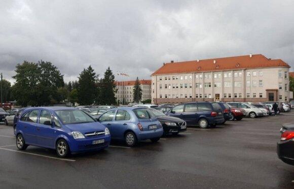 Eilė Kauno klinikų aikštelėje
