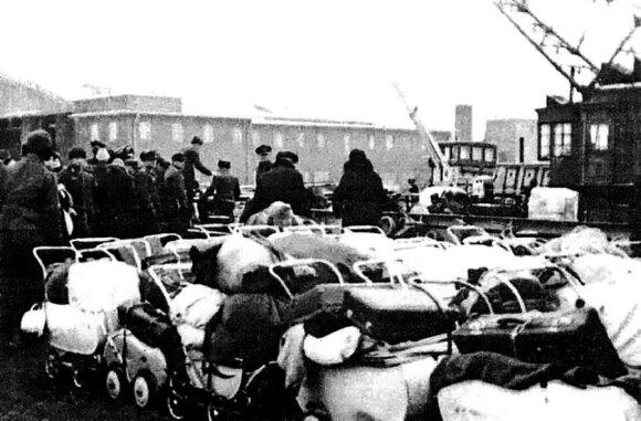 Uoste palikti pabėgėlių vaikų vežimėliai