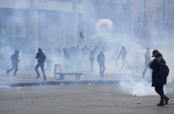 Протесты в Париже переросли в столкновения с полицией, есть пострадавшие