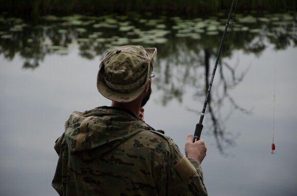 Lašišas tiriantys Lietuvos mokslininkai pirštu beda į žvejus: meškeriotojų azartas jau kelia nerimą