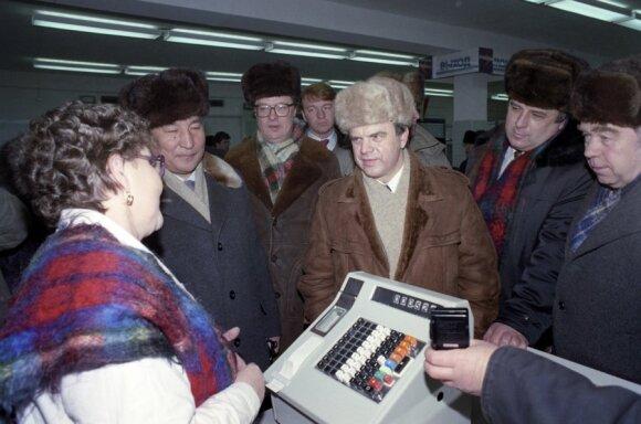 Aukšti Sovietų Rusijos pareigūnai Jakutsko parduotuvėje (1992 m. nuotr.)