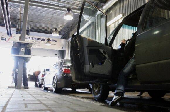 Vyras įkliuvo į spąstus: automobilį pardavė, bet policijos slenkstį mina dėl naujo savininko baudų