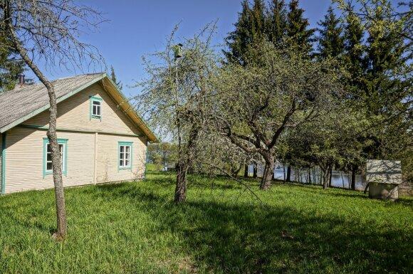 Sodyba Utenos r. Kirdeikių kaime  prie Pakaso ežero su pakrante 47 000 eur.