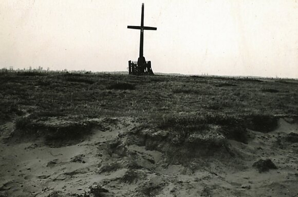 Kaimo kapinės, vadinamos Maro kapeliais. // Vlado Šaulio nuotr., 1956 m.