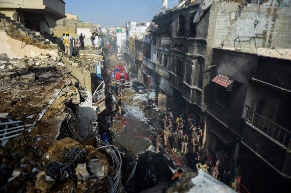"""""""Pakistan International Airlines"""" lėktuvas nukrito į gyvenamąjį rajoną"""