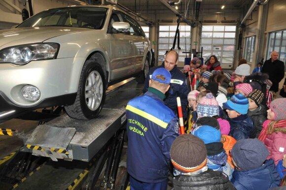 Vaikai Avižienių techninės apžiūros stotyje