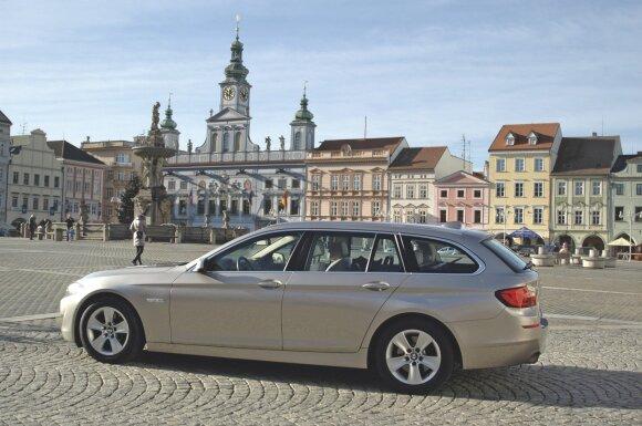 """Vieni sako, kad tai gražiausias BMW, o kiti, kad geriausias """"Mercedes"""". Jokių abejonių – BMW """"penktukas"""" universalas yra ne tik didelis, bet ir tikrai gražus automobilis."""