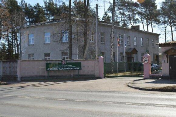 Užsieniečių registracijos centre susipliekusius nelegalus pasieniečiai tramdė elektros šoku