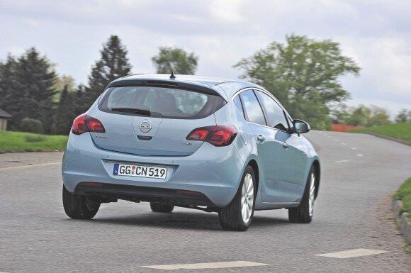 """""""Astra"""" pasirodė esąs vikrus automobilis, nors tai modelis su priekiniais varančiaisiais ratais. Kai kam nepatiko gana nemažas šio """"Opel"""" svoris"""