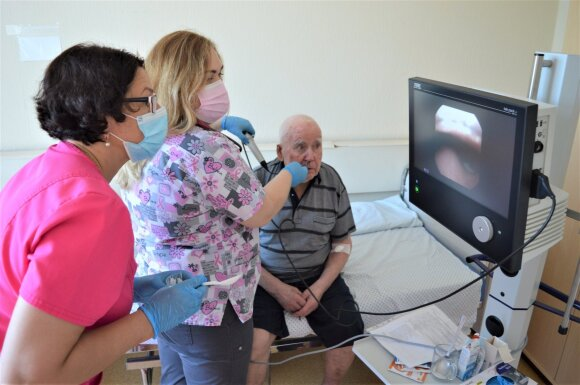 Prof. Gytė Damulevičienė (kairėje) su gydytoja Margarita Rugaitiene vaizdo endoskopu tiria paciento rijimo procesus