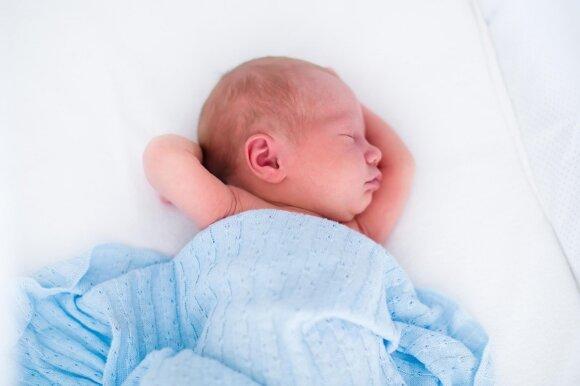 Vaikas miega vienoje lovoje su tėvais: yra privalumų