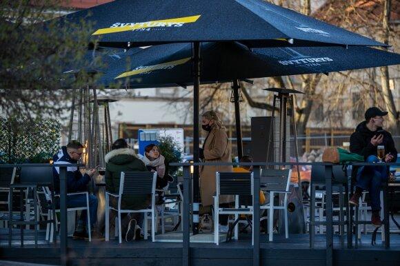 Vyriausybė trečiadienį žada keisti karantiną: gerų žinių gali tikėtis kavinės ir prekybos centrai