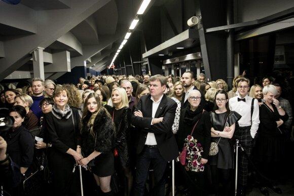 Juozo Statkevičiaus VIP svečių laukė akibrokštas: prieš kolekcijos pristatymą teko irtis alkūnėmis ir laukti sausakimšoje salėje