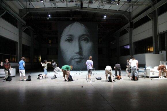 """Romeo Castelluci spektaklis """"Apie Dievo sūnaus veido koncepciją"""""""