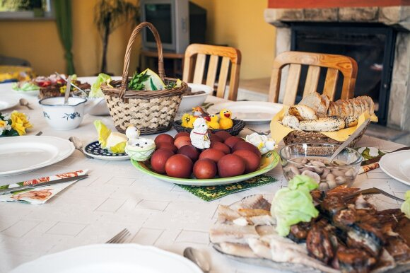 Pavasaris ant velykinio stalo: paprasti ir greiti būdai, kaip papuošti šventinį stalą