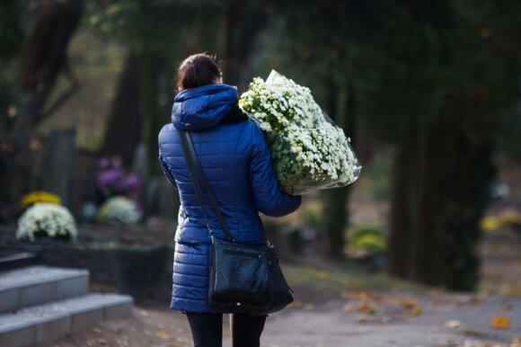 Į laidotuves – be gėlių, bet su vokeliu: kiek pinigų reikėtų skirti artimiesiems